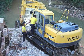 玉林陆川水花桥公路建设项目:嘉力机电服务人员正在检修设备