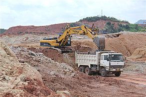 玉林博白教育城基地建设项目:正在工作的玉柴挖掘机
