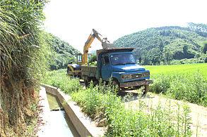 正在进行农村沟渠清理工作的玉柴挖掘机