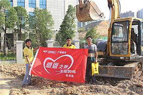 南宁市政绿化工程:嘉力机电服务人员和用户付强(右一)合影
