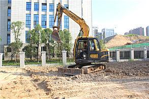 南宁市政绿化工程项目:正在现场施工的玉柴挖掘机