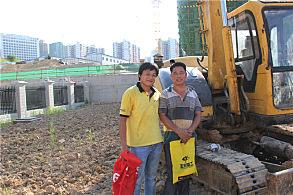 南宁市政绿化工程:嘉力机电修服务人员和用户付强(右)合影