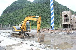 大新高速公路服务区建设项目:正在现场的玉柴挖掘机