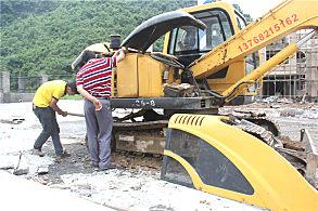 大新高速公路服务区建设项目:嘉力机电维修服务小组人员正在查看设备