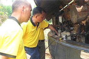 嘉力机电服务人员正在查看设备
