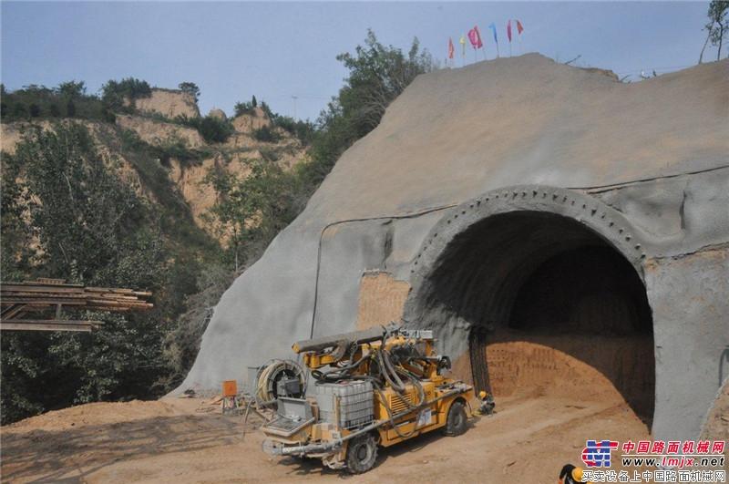 大象喷湿机在三门峡站施工现场