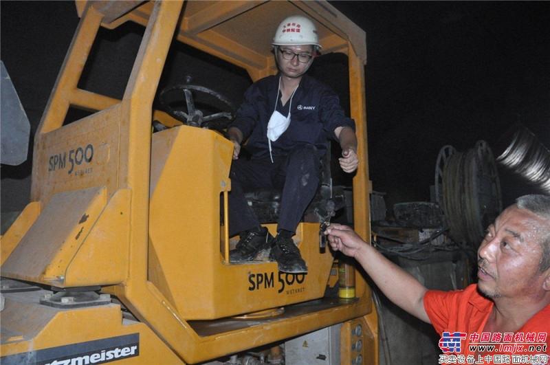 大象喷湿机玉溪站施工人员操作机器