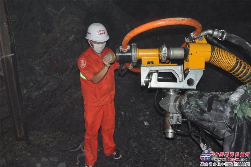 大象喷湿机玉溪站施工人员检查机器