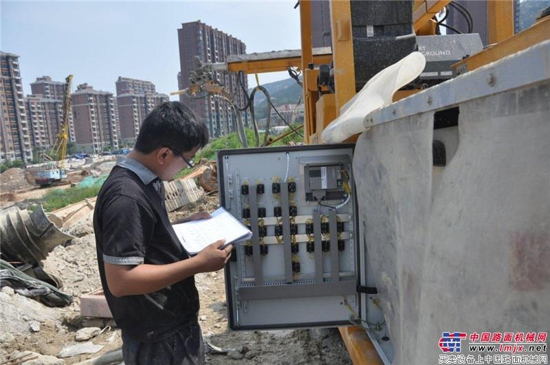 大象喷湿机济南站施工人员核对数据
