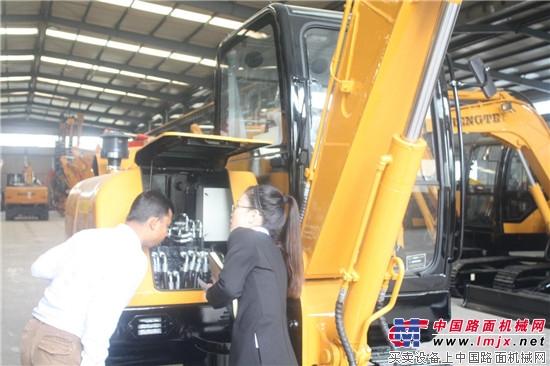 孟加拉客户参观考察恒特重工 恒特履带式微型挖掘机HT40 恒