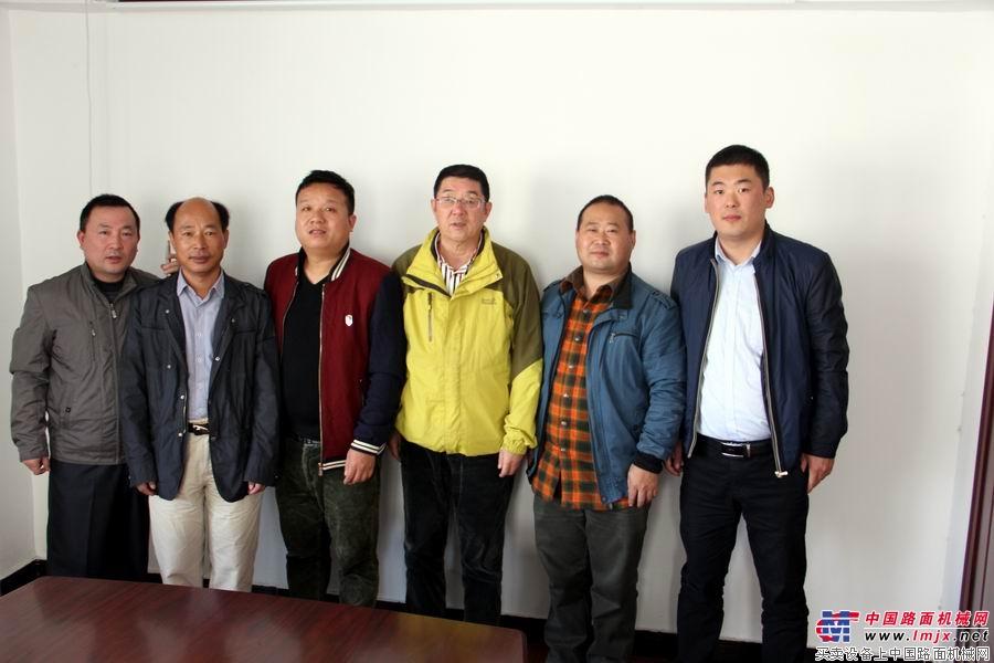 中国路面机械网记者采访商会高层领导后合影