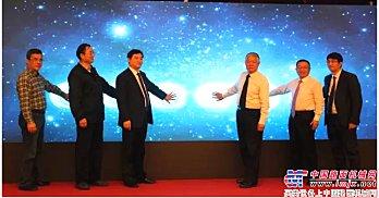 与会嘉宾共同见证中国路面机械网用户询价突破100万荣耀时刻