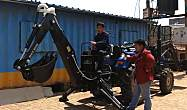 高手在民间,牛人用拖拉机改装成挖掘机