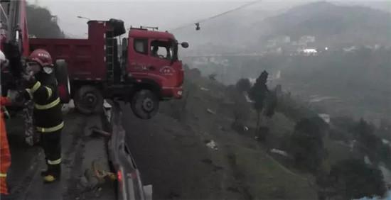 大货车失控冲到悬崖 三一帕尔菲格随车吊悬空救人