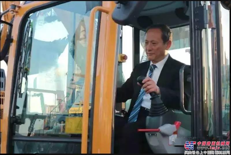徐工董事长王民亲自驾驶挖机