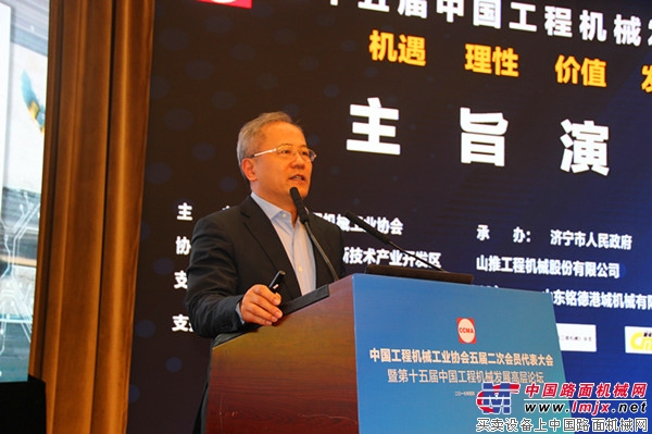 """卡特彼勒(中国)投资拥有限公司董事长者其华做本题为""""智能机具时代,以数字募化技术和智能效力动伸领行业不到来""""的大旨分享"""