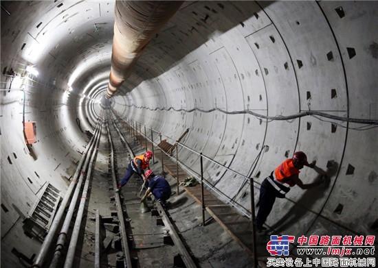 中国地铁盾构首次成功下穿运营中高铁隧道