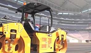 卡特路面设备组队进入明尼苏达体育场进行摊铺作业