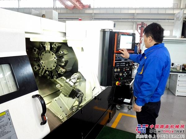 陕建技术人员调试设备