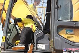 服务人员耐心检查挖机零部件
