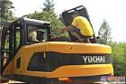 服务人员逐一检查挖机部件