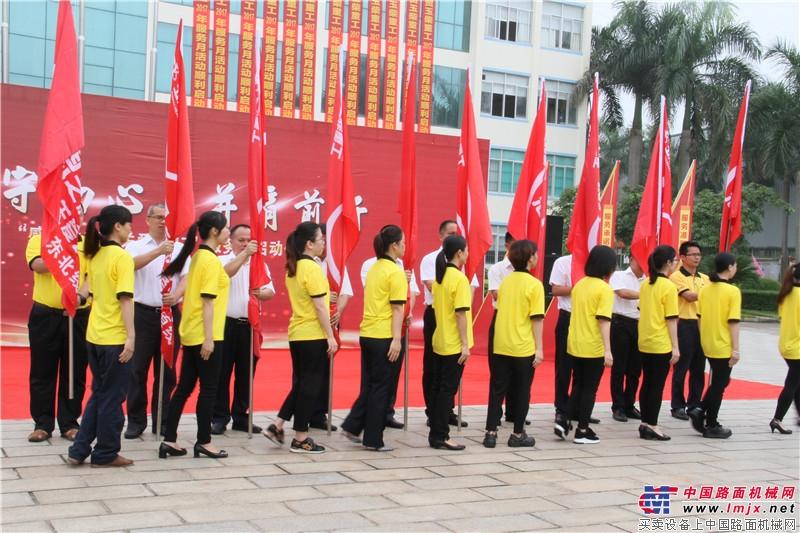 服务人员现场领取旗帜