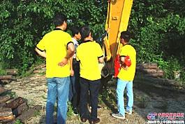 """服务人员为挖机做""""体检"""""""