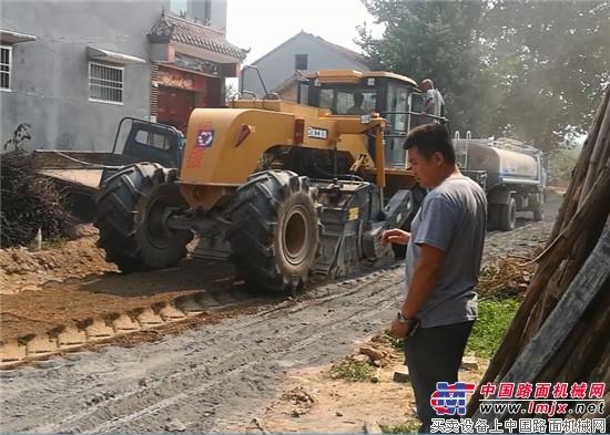 徐工XLZ2103系列冷再生机参与河南省乡村公路村村通改造工程