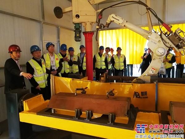与会嘉宾参观德基机械生产车间的焊接机器人