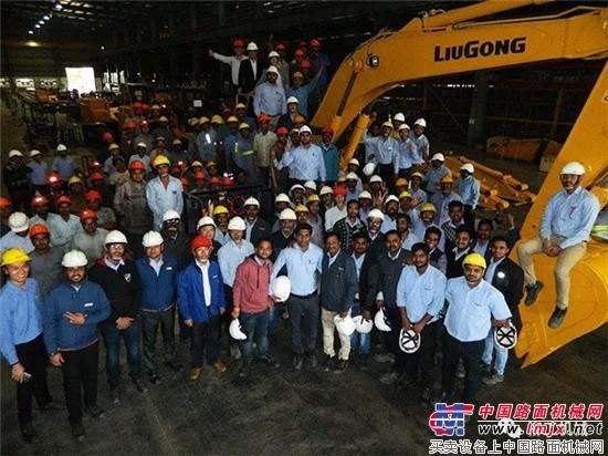 历史时刻共同见证!柳工印度工厂首台本地化挖掘机剪彩下线