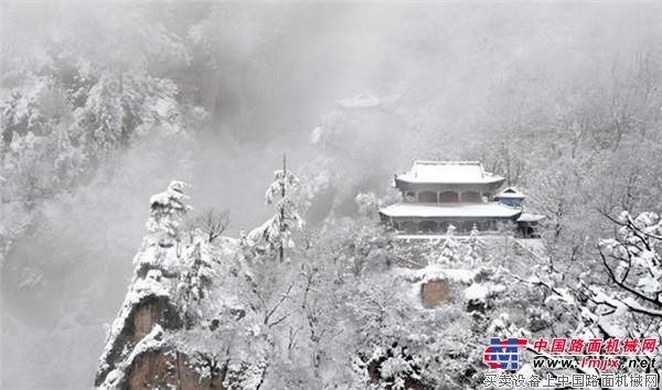 中东部普降暴雪,除雪设备火遍半边天