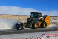 致敬清雪大师 徐工滑移装载机助力西北边陲道路安全通畅