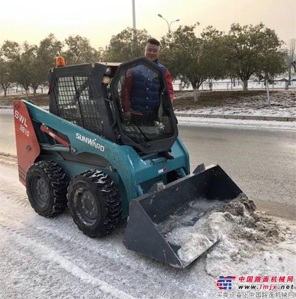 【时评】冰雪天气影响市民出行,工程机械人应该主动行动起来!