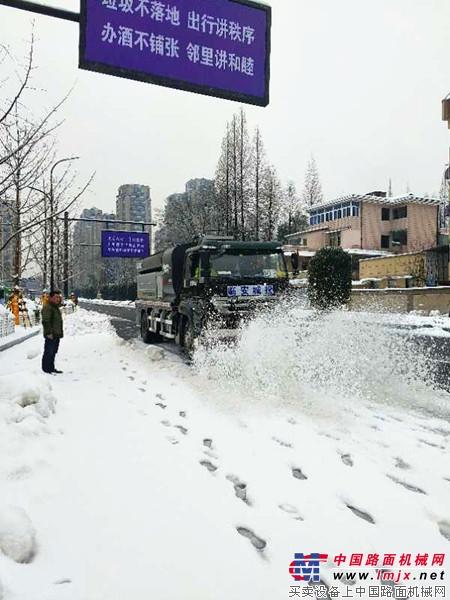 杭州突降大雪 美通多功能破冰除雪车成临安破冰清雪神器