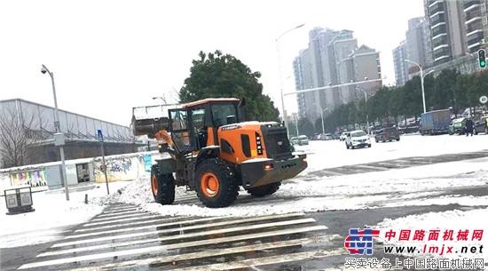 武汉持降大雪,英轩装载机助力市政铲雪行动