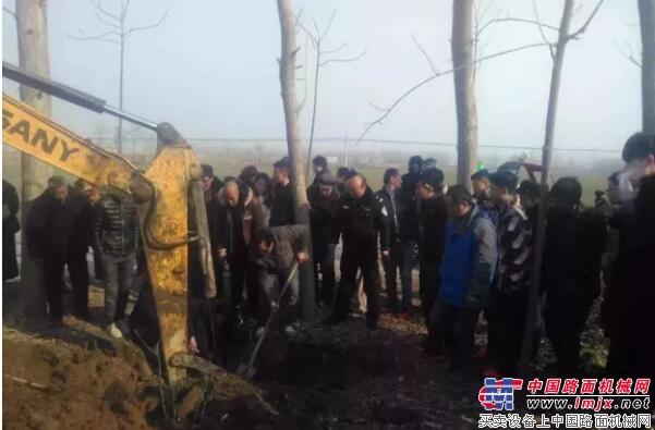 13岁小学生坠入河南郸城农田机井,挖掘机半小时救出