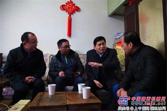 李德锁董事长看望慰问陕建机股份困难党员和职工