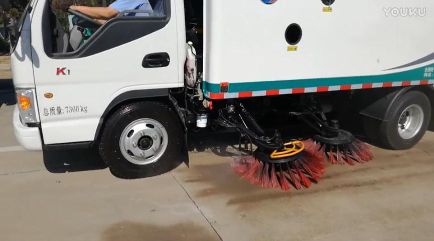 同辉汽车湿式扫路车视频