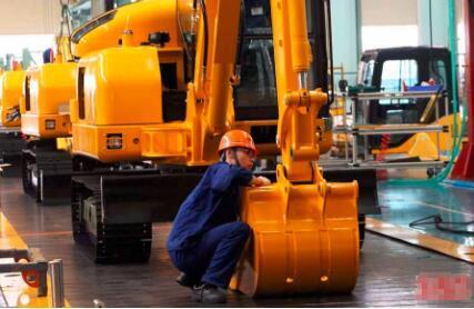 """龙工挖掘机""""年产3000台挖掘机产能回归""""项目通过专家投产评价"""