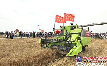 """中国首台无人驾驶收割机作业""""首秀"""" 中联重科引领行业迈向高端"""