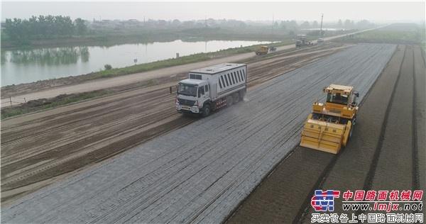 陆达粉料撒布车助力海启高速建设绿色公路