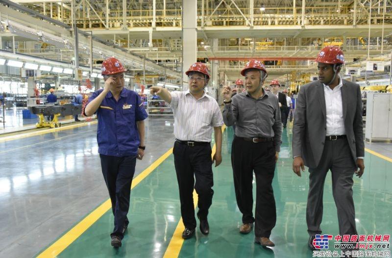 美驰车桥有限公司代表团参观徐工重卡  徐工漢風战环塔之哈密站