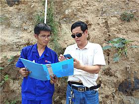服务人员与袁国勋确认设备检测情况