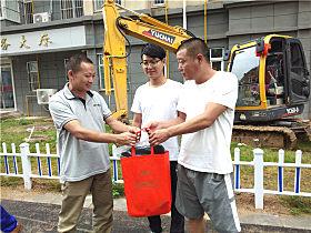 玉柴客服中心经理林坤给客户送礼品