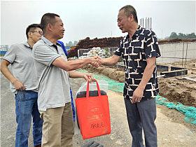 玉柴客服中心经理林坤特意为张贵中带来了夏季礼包