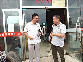 玉柴客服中心经理林坤与王君进行交谈