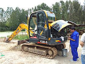 服务人员检查YC65-9小挖
