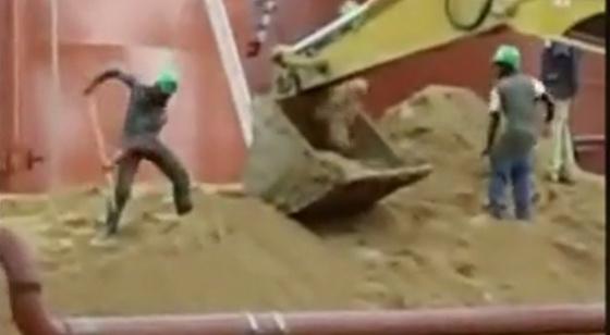 搞笑挖掘机施工失误集锦 事故视频