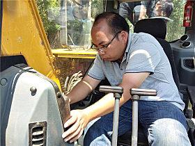 玉柴服务工程师为YC135-9挖掘机做体检