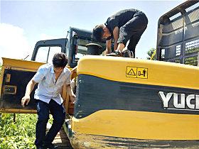 玉柴服务工程师冒着高温为YC135-9挖掘机做体检
